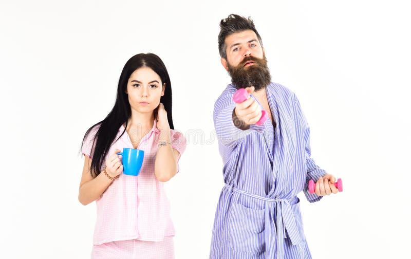 Alternatives Lebensstilkonzept Paar, Familie bietet Quelle der alternativen Energie an Paare in der Liebe im Pyjama, Bademantelst lizenzfreies stockfoto