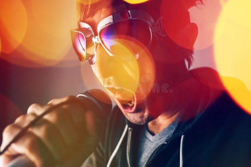 Alternativet vaggar sjungande sång för musiksångare in i mikrofonen royaltyfria foton