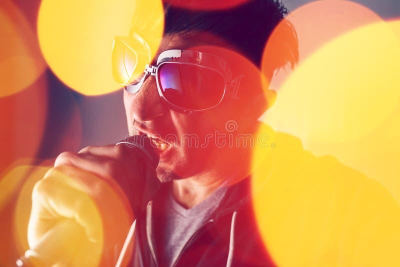 Alternativet vaggar sjungande sång för musiksångare in i mikrofonen royaltyfri fotografi