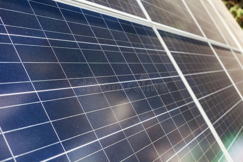 Alternativt solenergibegrepp Slut upp fotoet för sidosikt av solpanelbeståndsdelen arkivfoto