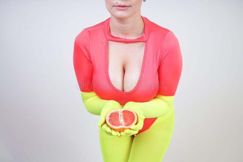 Alternatywna caucasian dziewczyna z kr?tkim w?osy ubiera? w sporty czerwonym spandex bodysuit i jaskrawych rajstopy z zielonymi n zdjęcia royalty free