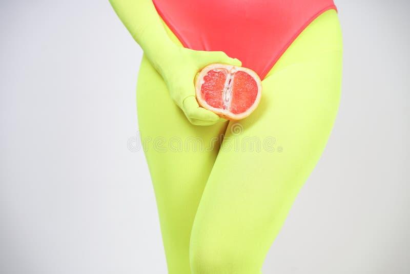 Alternatywna caucasian dziewczyna z kr?tkim w?osy ubiera? w sporty czerwonym spandex bodysuit i jaskrawych rajstopy z zielonymi n zdjęcie royalty free