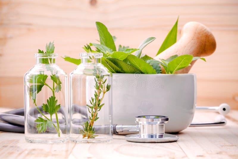 Alternatywnej opieki zdrowotnej świeży ziołowy w laboranckiego glassware wi fotografia royalty free