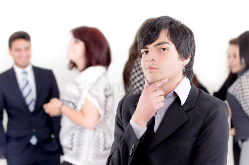 Alternatywny biznesowy mężczyzna przed grupą obraz royalty free