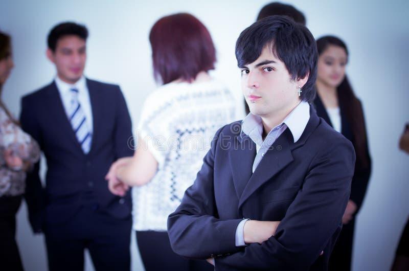 Alternatywny biznesowy mężczyzna przed grupą obrazy royalty free
