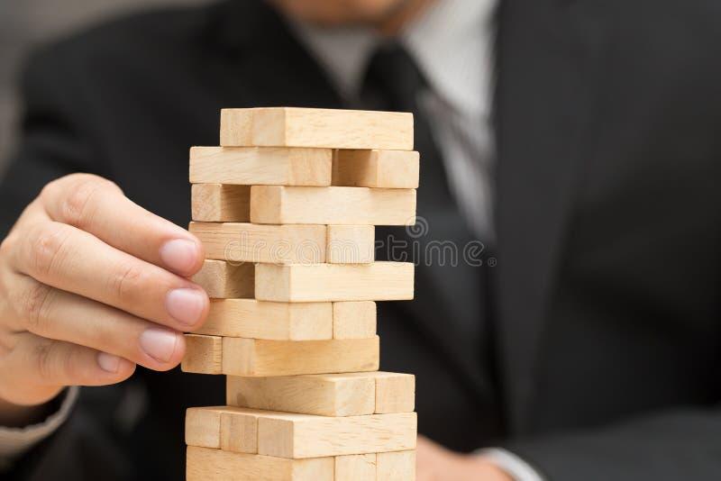 Alternatywny ryzyka pojęcie Biznesmen wybiera drewnianego blok zdjęcia royalty free