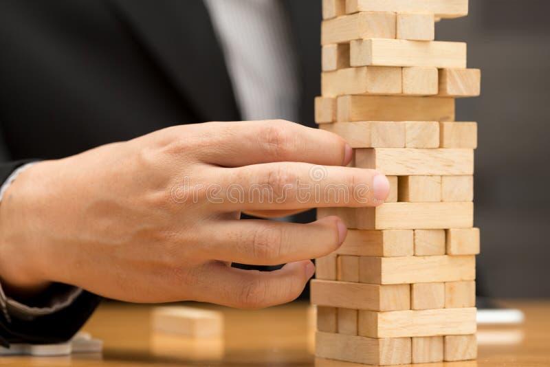 Alternatywny ryzyka pojęcie Biznesmen wybiera drewnianego blok obrazy stock