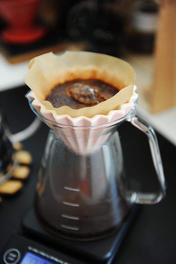 Alternatywy czarnej kawy filtrowy parzenie z r??owym origami dripper Elektroniczna zegar skala Specjalno?ci poj?cie zdjęcia royalty free