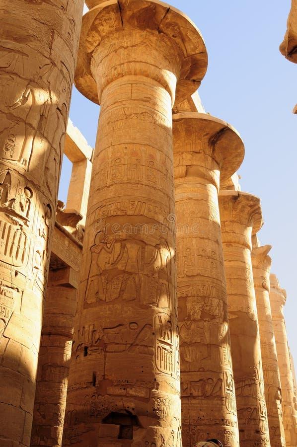 Altes Ägypten Die Spalten werden mit geschnitzten Hieroglyphen verziert Karnak Tempel lizenzfreies stockbild