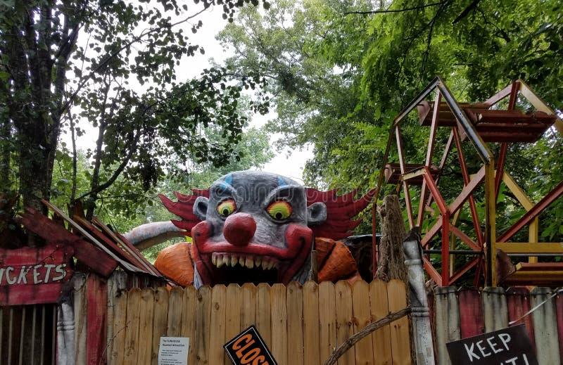Altes Abschaltung funhouse mit furchtsamem Clown lizenzfreies stockbild