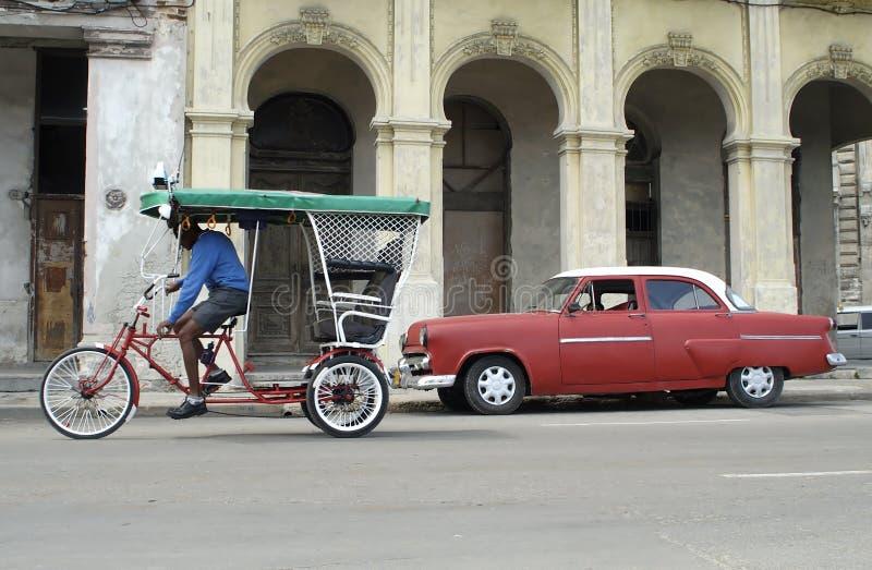 Altes amerikanisches Auto- und Fahrradrollen lizenzfreie stockfotos