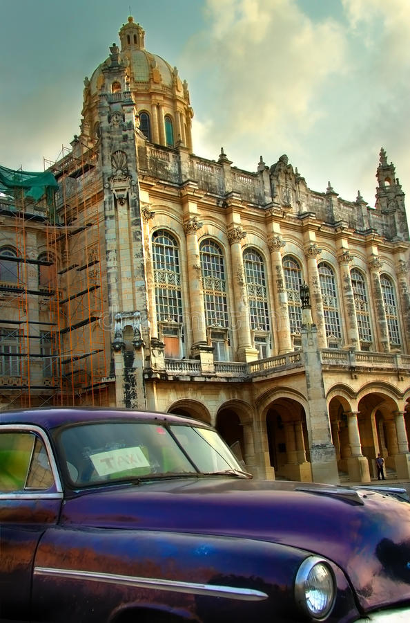 Altes amerikanisches violettes Auto in Havana stockbilder