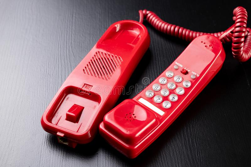 Altes analoges Telefon Rotes Telefon auf einer hölzernen dunklen Tabelle stockbild