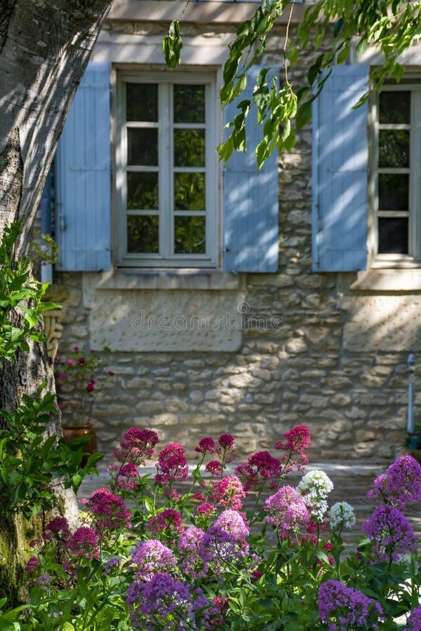 Altes angenehmes Provencal-Haus mit Garten voll von Blumen stockfotos