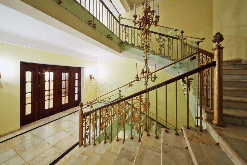 Altes angeredetes Treppenhaus und Beleuchtung im Hotel Hilton Leningradskaya lizenzfreie stockfotos