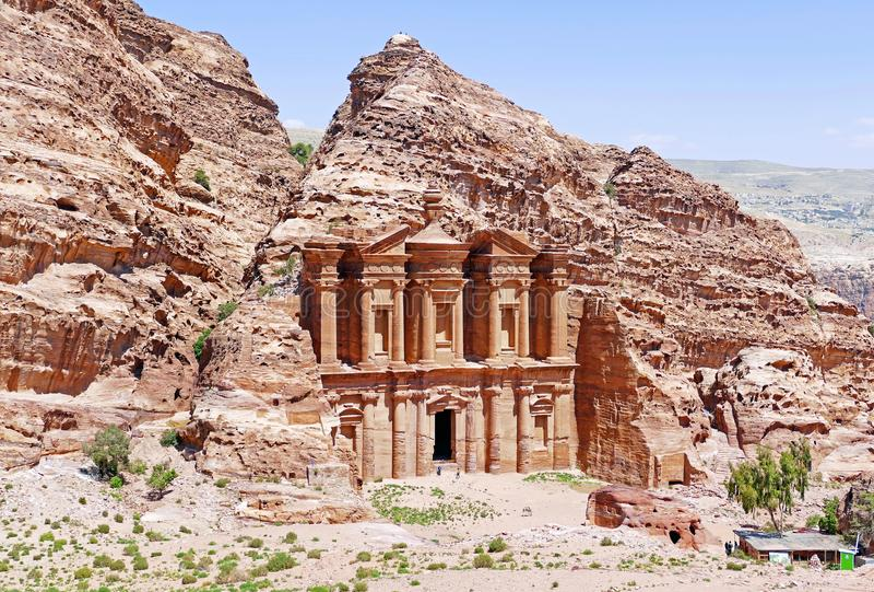 Altes Anzeige Deir-Kloster in PETRA, Jordanien lizenzfreies stockbild
