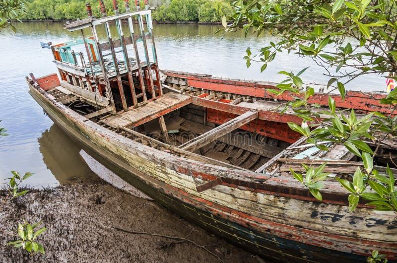 Altes auf den Strand gesetztes Fischerboot - Krabi-Fluss, Thailand lizenzfreie stockfotografie