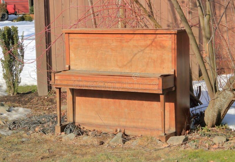 Altes aufrechtes Klavier Browns lizenzfreies stockfoto