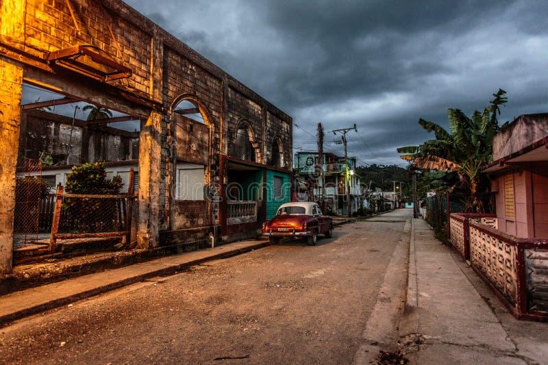 Altes Auto in altem Kuba lizenzfreies stockbild