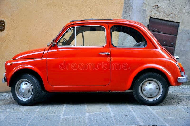 Altes Auto auf den Straßen von Italien lizenzfreies stockbild