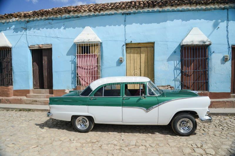 Altes Auto auf Straße in Havana Cuba stockbild