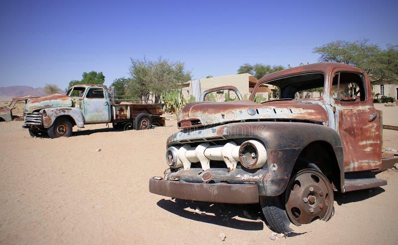 Altes Auto in den Sanden gestalten landschaftlich stockfotos