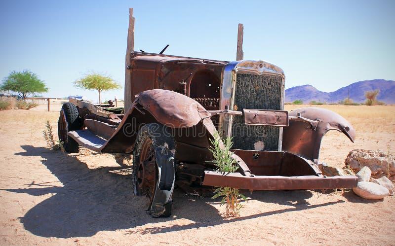 Altes Auto in den Sanden gestalten landschaftlich lizenzfreie stockfotografie
