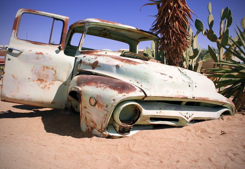 Altes Auto in den Sanden gestalten landschaftlich stockfoto