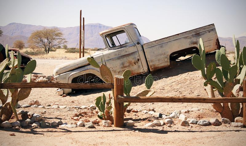 Altes Auto in den Sanden gestalten landschaftlich stockbilder