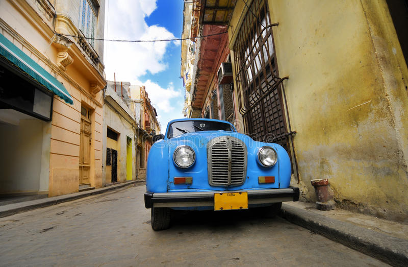 Altes Auto in der bunten Havana-Straße lizenzfreies stockbild