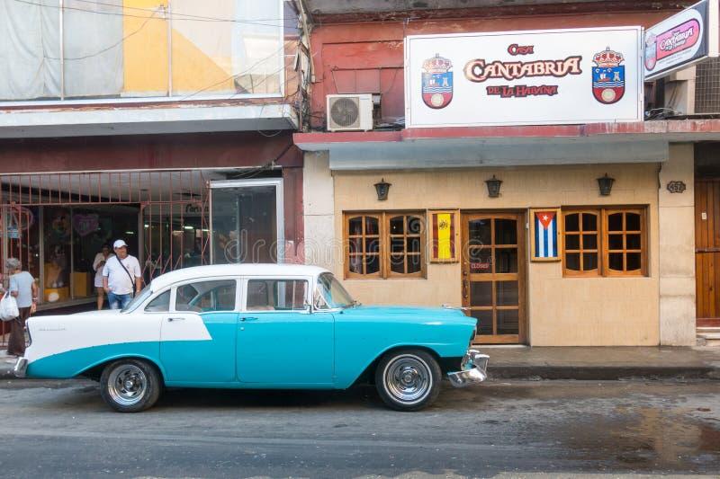 Altes Auto der Fünfziger Jahre, die im alten Havana verteilen stockbilder