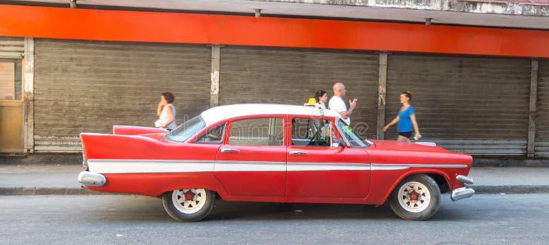 Altes Auto der Fünfziger Jahre, die im alten Havana verteilen stockfotos