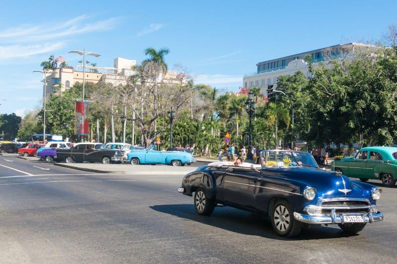 Altes Auto der Fünfziger Jahre, die im alten Havana verteilen lizenzfreie stockfotografie