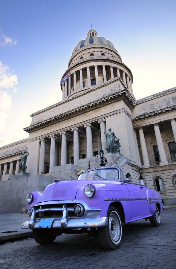Altes Auto im Havana-Kapitol lizenzfreie stockfotografie