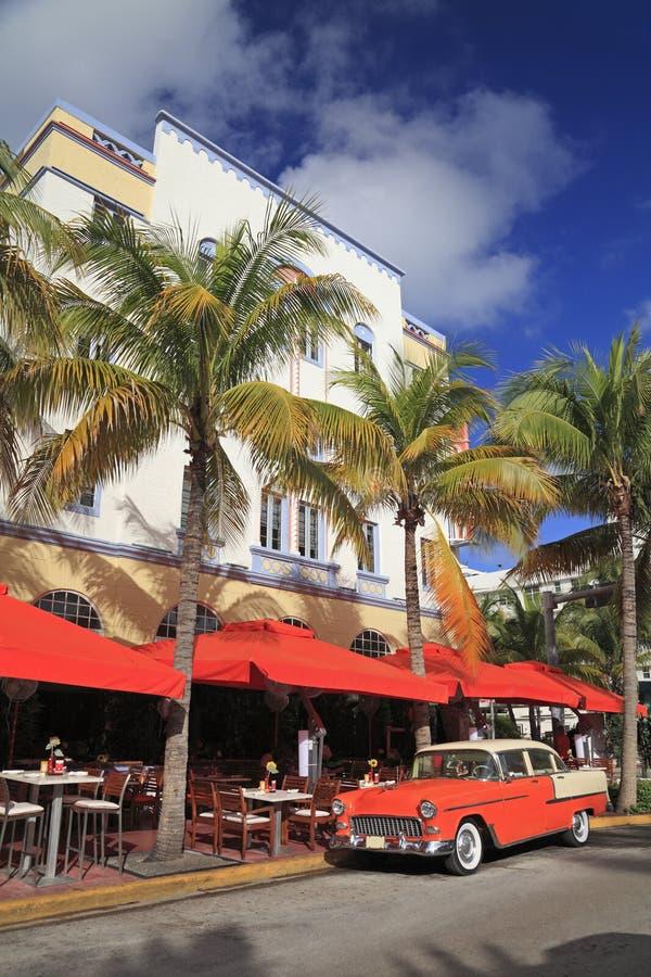 Altes Auto und Restaurants auf Ozean fahren, Miami Beach, USA lizenzfreies stockbild