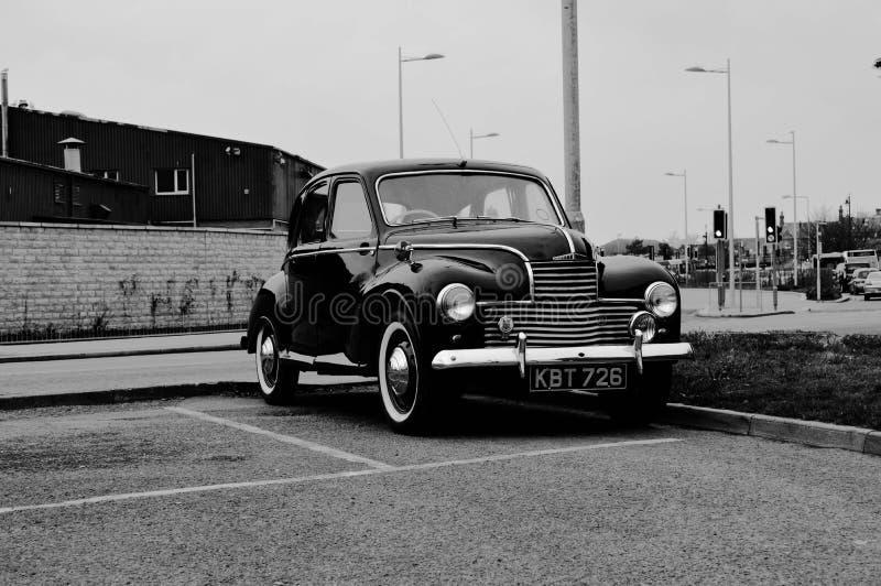 Altes Auto in Wales, als ich Hirsch reiste stockfotografie