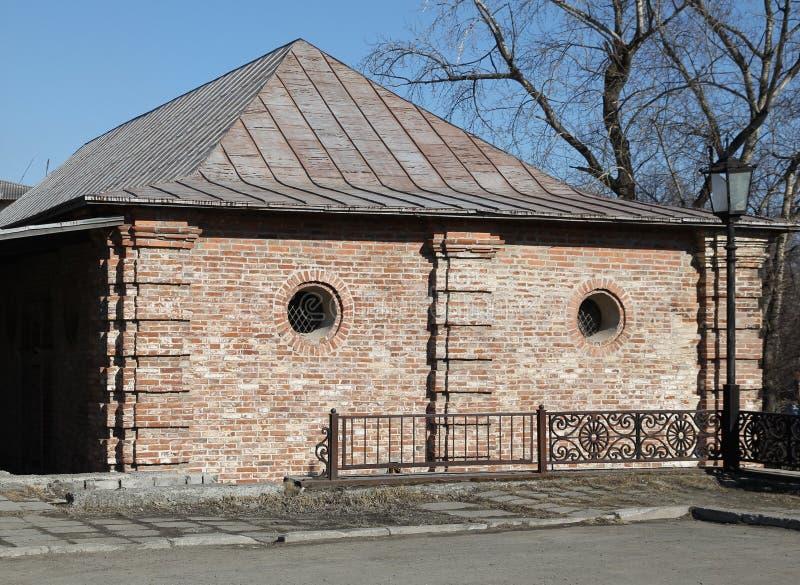 Altes Backsteinhaus mit kleinen runden Fenstern stockfotos