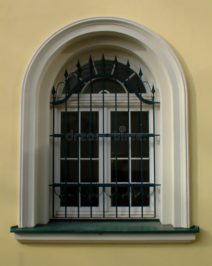 Altes barockes Fenster mit den weißen und grünen Details lizenzfreie stockbilder