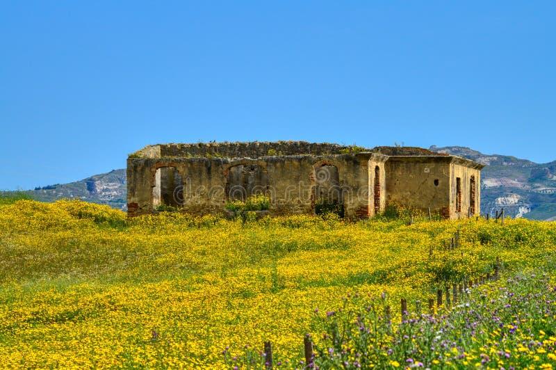 Altes Bauernhaus in der sizilianischen Landschaft, schönes sizilianisches Landscaspe, Mazzarino, Caltanissetta, Italien, Europa lizenzfreies stockbild