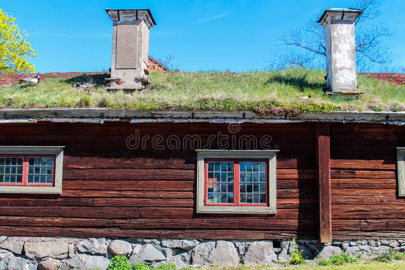 Altes Bauernhaus mit grünem Dach lizenzfreie stockfotografie