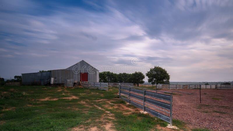 Altes Bauernhofyard stockbild
