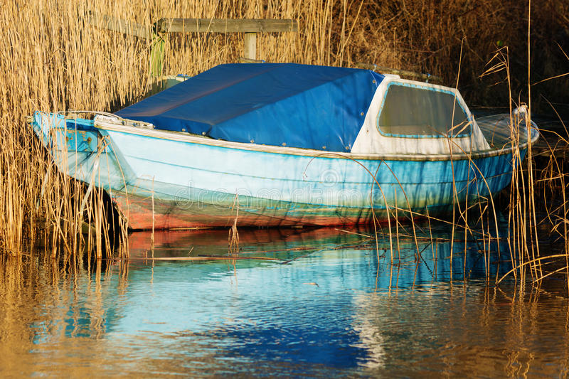 Altes blaues Boot lizenzfreie stockfotos