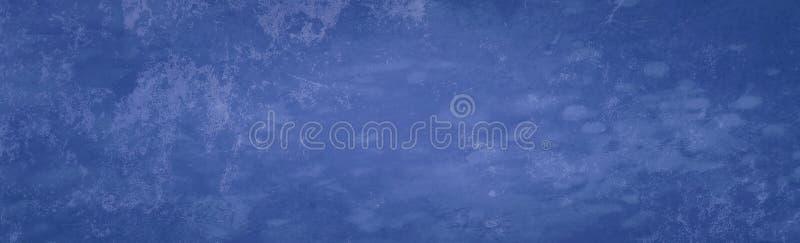 Altes blaues Hintergrundbanner mit einer vintage bedrückten Textur, die chaotisch geschnitzt und gealtert ist stockfotografie