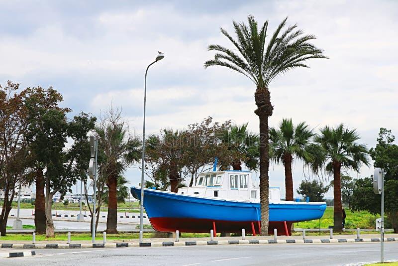 Altes Boot als Dekoration in Larnaka-Stadt, Zypern lizenzfreies stockbild