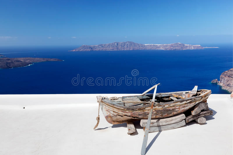 altes boot auf dem dach des geb udes auf santorini insel. Black Bedroom Furniture Sets. Home Design Ideas