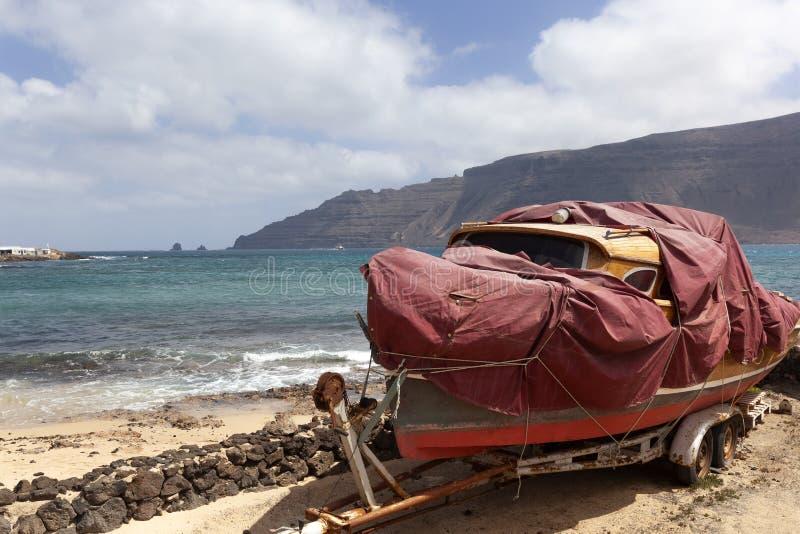 Altes Boot auf einem Anhänger auf La Graciosa stockfotos
