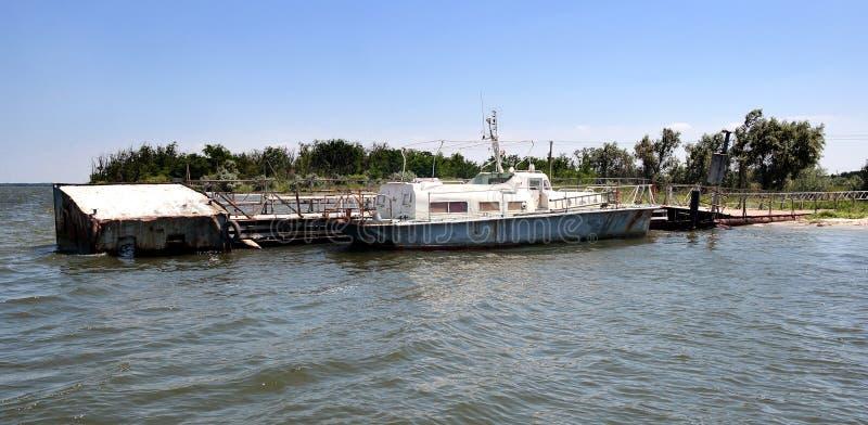 Altes Boot auf schönem See Weinleseboot stockbilder