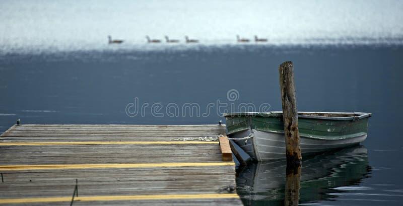 Altes Boot auf See stockfotografie