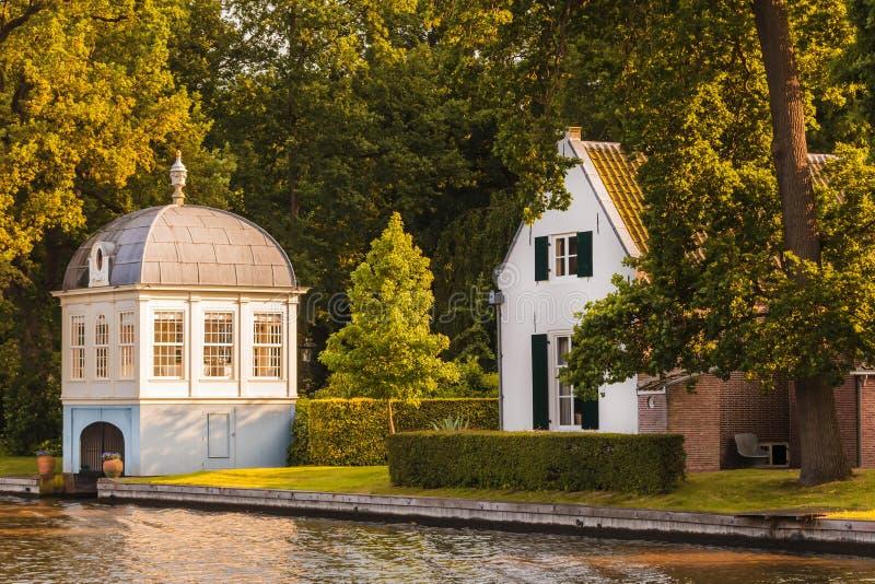 Altes Bootshaus neben dem niederländischen Vecht-Fluss stockfotografie
