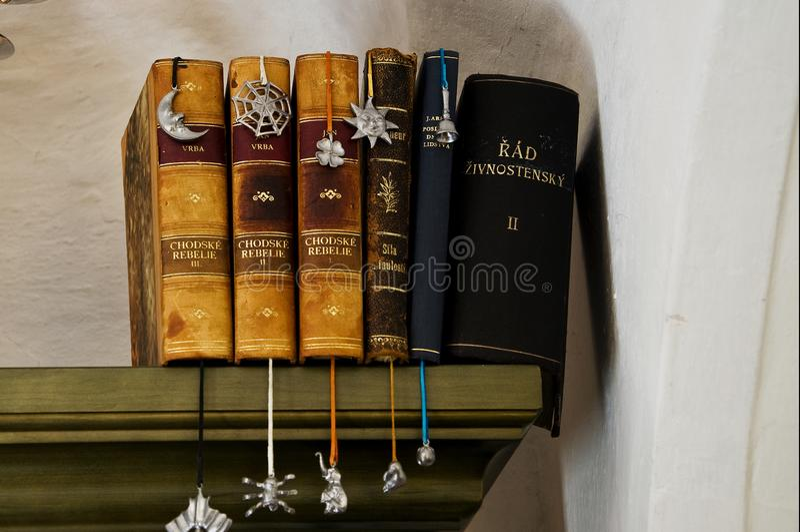 Altes Buch im Dachboden eines Hauses in Prag lizenzfreie stockfotos